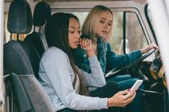 Wieloetniczne dziewczyny jedzie furgonetkę Zdjęcia Stock