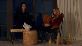 Wieloetniczne dziewczyny wydaje czas wolnego w domu zdjęcie wideo