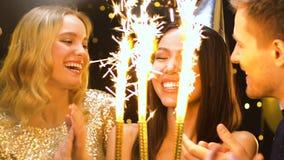 Wieloetniczni przyjaciele świętuje urodziny, gratuluje atrakcyjnej azjatykciej damy zdjęcie wideo