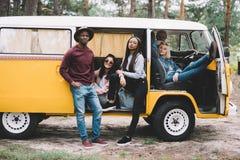 Wieloetniczni przyjaciele podróżuje w furgonetce Obraz Stock