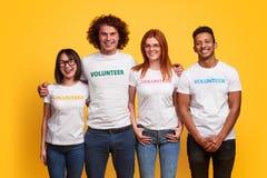 Wieloetniczni wolontariuszi ono uśmiecha się dla kamery zdjęcie royalty free