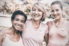 Wieloetniczni wolontariuszi uczestniczy w nowotwór piersi świadomości zdjęcia royalty free