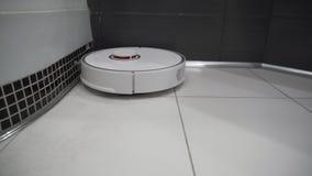 Wielofunkcyjnego robota próżniowy czysty czyści brudne płytki w łazience zdjęcie wideo