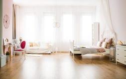 Wielofunkcyjny pokój z kanapą zdjęcie royalty free
