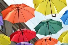 Wielokrotność coloured parasole wiesza na drucie Obraz Stock