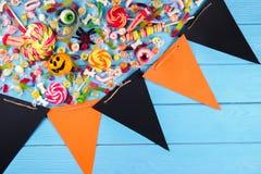 Wielokrotność wszystko święci wigilię, taktuje dla Halloween przyjęcia na kolorowym tle obraz stock