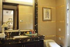 Wielokrotności lustro w łazience Zdjęcia Royalty Free