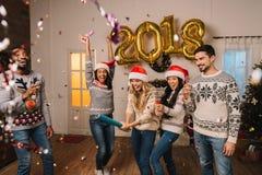 Wielokulturowi przyjaciele świętuje nowego roku Fotografia Stock