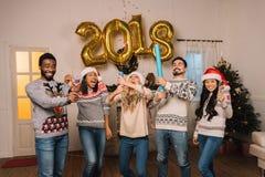 Wielokulturowi przyjaciele świętuje nowego roku Obrazy Royalty Free