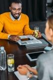 wielokulturowy biznesmena i bizneswomanu obsiadanie w biurze obraz royalty free