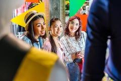 Wielokulturowy modniś dziewczyn wybierać odziewa w butiku Zdjęcia Royalty Free