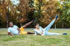 Wielokulturowy pary szkolenie na trawie obrazy royalty free