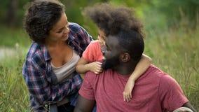 Wielokulturowy rodzinny wydatki weekend wpólnie w wsi, szczęśliwy czas obraz stock