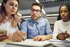Wielonarodowa drużyna szkoła biznesu ucznie Obrazy Stock