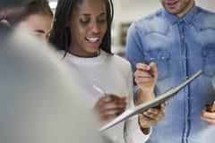 Wielonarodowa drużyna szkoła biznesu ucznie ma życzliwą rozmowę podczas przerwy w kampusie Zdjęcia Royalty Free
