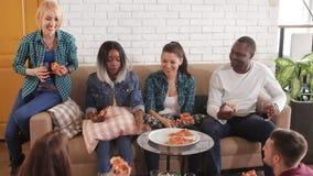 Wielonarodowa grupa je pizzę salową i rozmowę w domu zdjęcie wideo