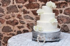 Wielopoziomowy Ślubny tort z kwiatami obraz royalty free