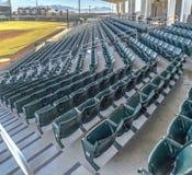 Wielopoziomowy miejsca siedzące i przegląda pokoje na baseballa polu przeglądać na słonecznym dniu obraz stock