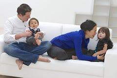 Wielorasowy rodzinny mieć zabawę Obraz Royalty Free