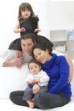 Wielorasowy rodzinny mieć zabawę wpólnie Zdjęcia Royalty Free