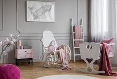 Wielorybi plakat na popielatej ścianie w dziecko sypialni wnętrzu z kołysać krzesła obok kołyski Istna fotografia obrazy stock