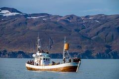 Wielorybia dopatrywanie łódź w Husavik obrazy royalty free