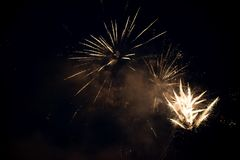 Wieloskładnikowy jaskrawy kolorowy fajerwerku wybuch w niebie zdjęcia royalty free