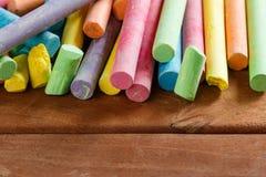 Wieloskładnikowa kolorowa kreda na drewnianym zdjęcie royalty free