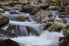 Wieloskładnikowe kaskady woda przez liszaj zakrywającego kołysają w Great Smoky Mountains fotografia stock