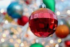 Wieloskładnikowe koloru światła dekoracje podczas sezonu wakacyjnego zdjęcie royalty free