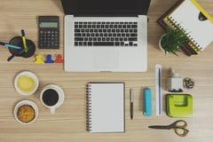 Wieloskładnikowe materiały rzeczy dla biura, szkoła i laptop zdjęcia stock