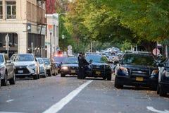 Wieloskładnikowi samochody policyjni przy miejscem przestępstwa zdjęcia stock