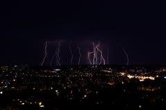 Wieloskładnikowi uderzenia pioruna nad dużym miastem nocą zdjęcie stock
