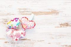 Wieloskładnikowi colourful serca na rocznika drewnianym tle Obraz Royalty Free