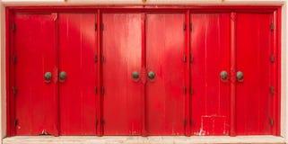 Wieloskładnikowi czerwoni drzwi w horyzoncie Fotografia Stock