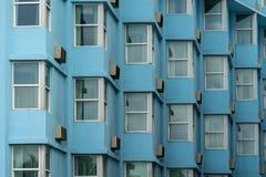 Wielostrzałowy wzór Windows na Błękitnym budynku obraz stock
