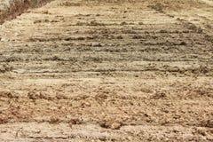 Wielsporen in de modder, de bulldozer van detailvoetafdrukken in de bouw op de stadionbouwwerf Stock Foto's