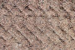 Wielsporen in de modder, de bulldozer van detailvoetafdrukken in de bouwweg Stock Afbeeldingen