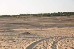 Wieltekens in het zand Autosporen Woestijn stock foto's