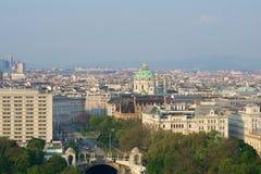WIEN, ÖSTERREICH - 29. April 2017: Ansicht des frühen Morgens des Stadt-Parks Stadtpark Wien vom Balkon Hilton Viennas Lizenzfreie Stockfotografie