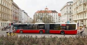 Wien, Österreich - 15. April 2018: Roter Bus auf dem Weg Lizenzfreie Stockfotos