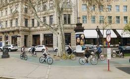 Wien, Österreich - 15. April 2018: Verkehr, der entlang die Stadtstraße radfährt lizenzfreie stockfotografie