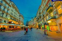 Wien, Österreich - 11. August 2015: Das Gehen um Bereich Singerstrasse und Graben als Abendlichter setzte ein, sehr reizend Lizenzfreies Stockbild
