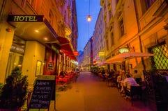 Wien, Österreich - 11. August 2015: Das Gehen um Bereich Singerstrasse und Graben als Abendlichter setzte ein, sehr reizend Lizenzfreie Stockfotos