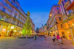 Wien, Österreich - 11. August 2015: Das Gehen um Bereich Singerstrasse und Graben als Abendlichter setzte ein, sehr reizend Stockbild
