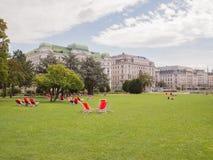 Wien, Österreich - 13. August 2018: Gemütlicher Stadtpark mit dem Leutestillstehen lizenzfreie stockfotografie