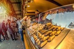 WIEN, ÖSTERREICH - 26. DEZEMBER 2018 Der Weihnachtsmarkt vor dem Rathaus-Rathaus, Leute, die das Schönwetter an genießen stockfoto