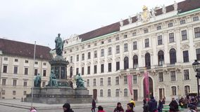 WIEN, ÖSTERREICH - DEZEMBER, schoss 24 Steadicam - Statue von heiligem Roman Emperor Francis II an Hofburg-Palast Video 4K stock footage