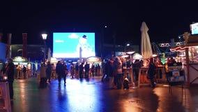 WIEN, ÖSTERREICH - DEZEMBER, schoss 24 Steadicam von den Prater-Parkcafés und von den Straßenlebensmittelständen am Abend populär stock video
