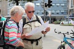 WIEN, ÖSTERREICH - 12. JULI 2014 Ältere Paare mit Rucksäcken L Lizenzfreies Stockbild